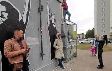 Жители площади Перемен вышли на защиту мурала с диджеями