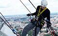 Промышленный альпинист из Вилейки отказался снимать бело-красно-белый флаг