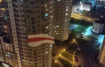 Жильцы ЖК «Каскад» вывесили огромный национальный флаг между домами