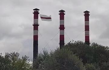 Над одним из минских районов третий день развевается огромный бело-красно-белый флаг