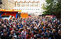 Сотни людей собрались на протестный концерт в минской «Песочнице»