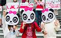Жители Ванкувера в костюмах панд начали неделю солидарности с Беларусью