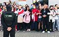 Лукашисты окружили женщин, которые поют «Купалінку»