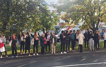 На вуліцы Сурганава, дзе сёння затрымлівалі ўдзельніц Жаночага маршу, стаіць ланцуг салідарнасці