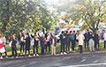 На улице Сурганава, где сегодня задерживали участниц Женского мараша, стоит цепь солидарности