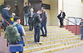 В Минске люди начинают собираться возле разных РУВД