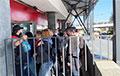 Работник KFC на Немиге спрятал протестующих от хапуна