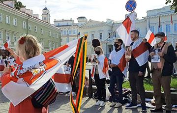 В Вильнюсе возле президентского дворца прошла акция солидарности с Беларусью