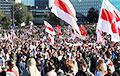 Десятки тысяч демонстрантов двинулись к дворцу Лукашенко