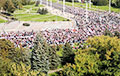 Колонна демонстрантов приближается к дворцу Саши- таракана