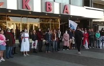 «Купалинка» прозвучала на ступенях кинотеатра «Москва»