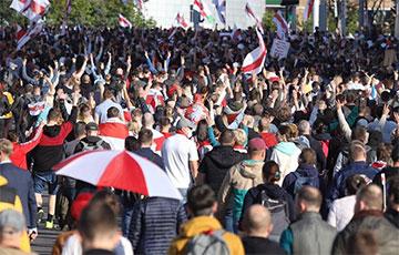 Протестующие уходят от оцепления в сторону площади Якуба Коласа