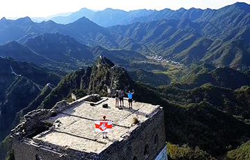 Белорусы подняли бело-красно-белый флаг над одной из башен Великой китайской стены