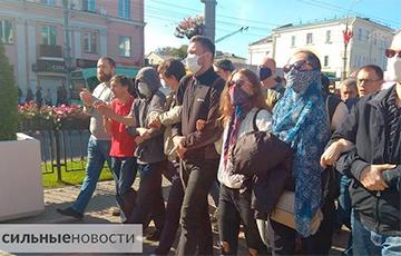 Креативный протест: c какими плакатами гомельчане вышли на мирную акцию