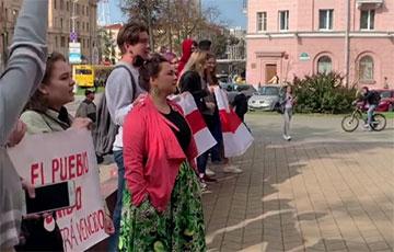 Студенты МГЛУ поют «Тры чарапахi» под зданием вуза
