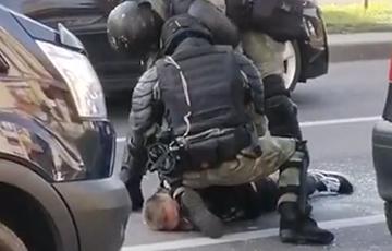 Фашисты в Гродно душат водителя: видеофакт