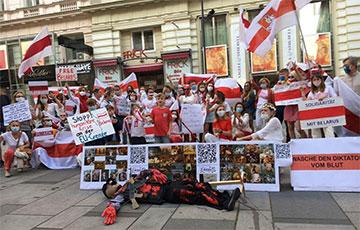 На акцию белорусской диаспоры в Вене принесли чучело Лукашенко