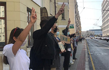 BSU Students Line up in a Chain of Solidarity in the Center of Minsk