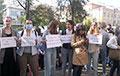 Студенты МГЛУ вышли на ежедневную акцию на крыльцо университета