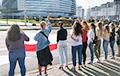 Возле «Минск-Арены» выстроилась цепь под национальными флагами