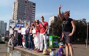 Беларусы ў цацачных каронах сталі ў ланцуг салідарнасці