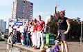 Белорусы в игрушечных коронах встали в цепь солидарности