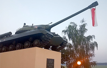Tank With White-Red-White Flag Spotted In Vaukavysk