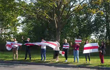 Metrostroy Workers Line Up In Human Chain