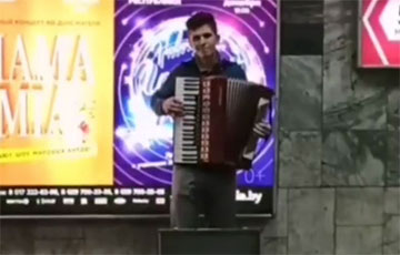 "A Belarusian Plays ""Mury"" on Victory Square"