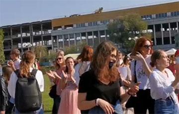Продавцы поддерживают протестующих девушек, скандирующих «Сам ты крыса!»