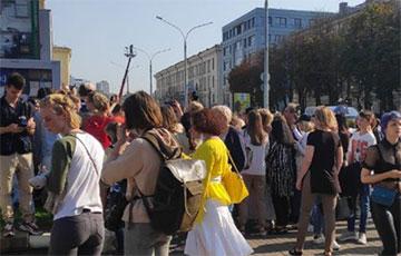 Беларускі зноў сабраліся на плошчы перад Камароўскім рынкам