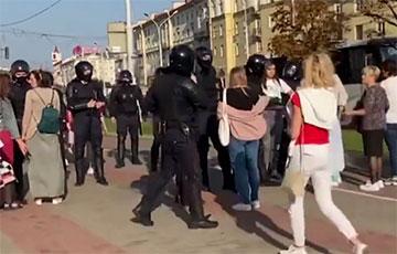 Каратели в балаклавах задерживают белорусок на проспекте Независимости