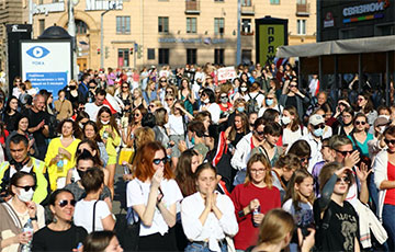 Тысячи белорусок прошлись по проспекту Независимости в Минске: фоторепортаж