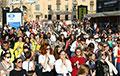 Тысячы беларусак прайшліся па праспекце Незалежнасці ў Менску: фотарэпартаж