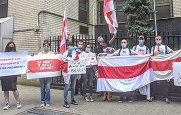 Белорусы Нью-Йорка провели акцию возле консульства России