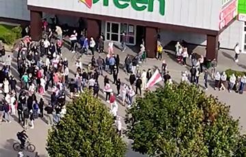 В Жодино люди собираются возле ТЦ «Грин»