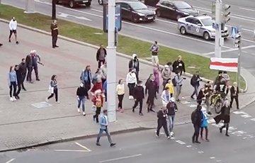 Нина Багинская ведет людей на Марш в Минске