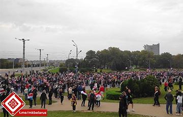 Грандиозное количество людей собралось возле стелы в Минске
