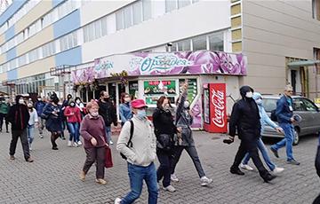 Жители Бобруйска идут маршем по центральным улицам