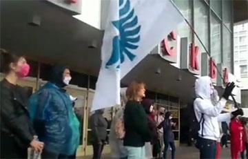Возле кинотеатра «Москва» минчане поют «Погоню»