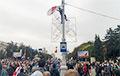 Белорус забрался на фонарный столб и установил бело-красно-белый флаг