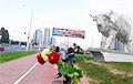 В Минске женщины с цветами выстраиваются в цепи солидарности