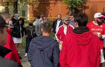 Минчане собрались возле Окрестина, чтобы поддержать Елену Левченко