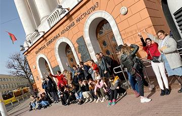 Студентки БГАИ вышли на акцию протеста перед главным корпусом вуза