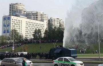 Обезвреженный протестующими водомет покидает проспект Машерова
