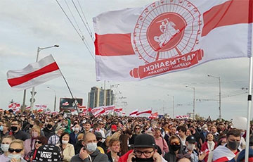 Беларусы ўвекавечылі рэвалюцыйныя сцягі гарадоў і мікрараёнаў