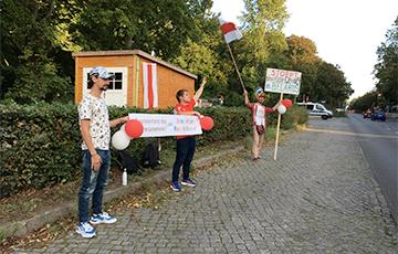 Протестующие «взяли в осаду» посольство Беларуси в Германии