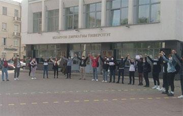 Студенты БГУ также вышли поддержать рабочих