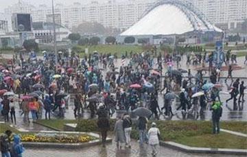 Десятитысячная колонна протестующих в Минске дошла до Немиги