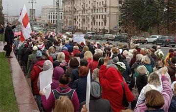 Марш пенсионеров на Октябрьской площади скандирует: «Лукашенко в автозак!»